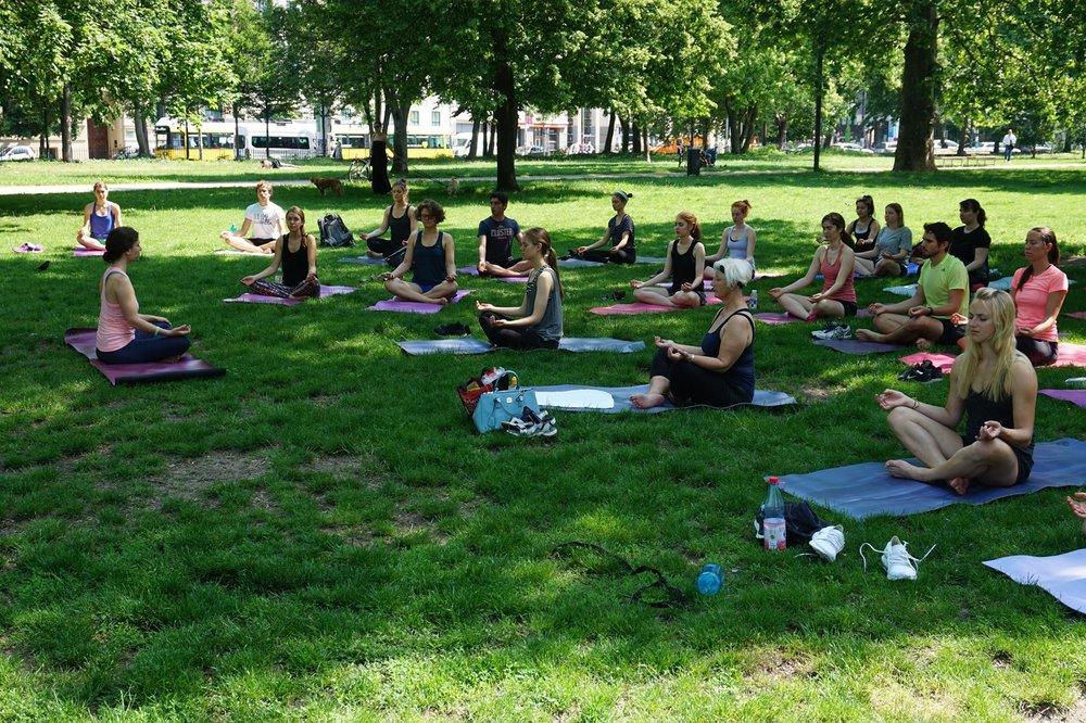 Yoga im Monbijou Park, Berlin