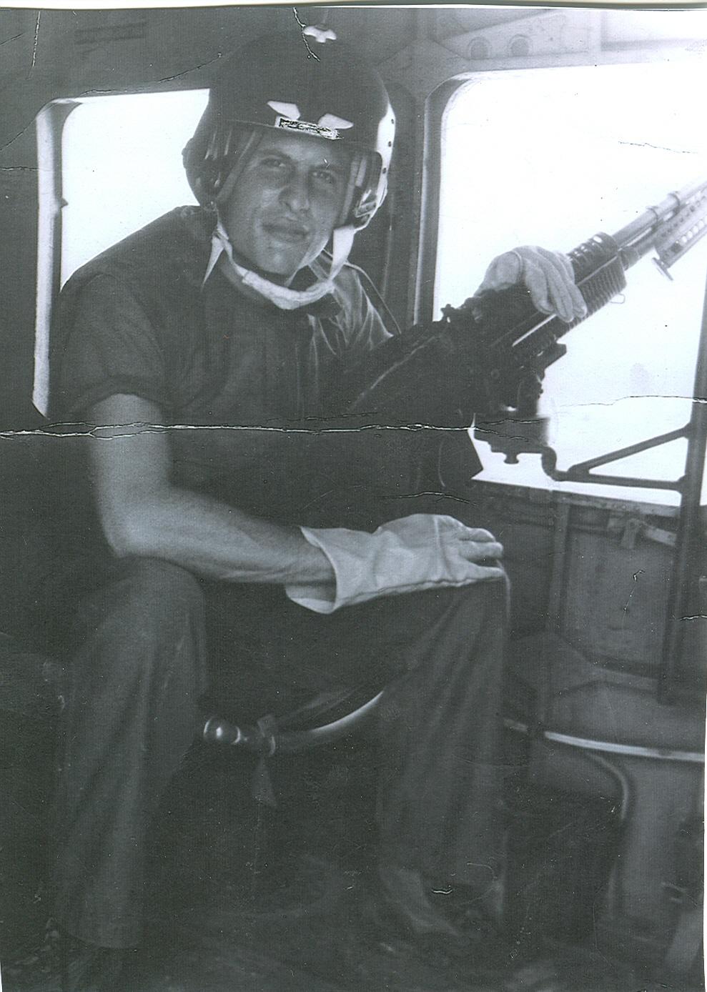 Wayne Karlin as a Marine Corps Gunner on a mission in Vietnam, 1967. Wayne Karlin khi là tay súng của Thủy quân lục chiến khi tham chiến tại Việt Nam năm 1967.