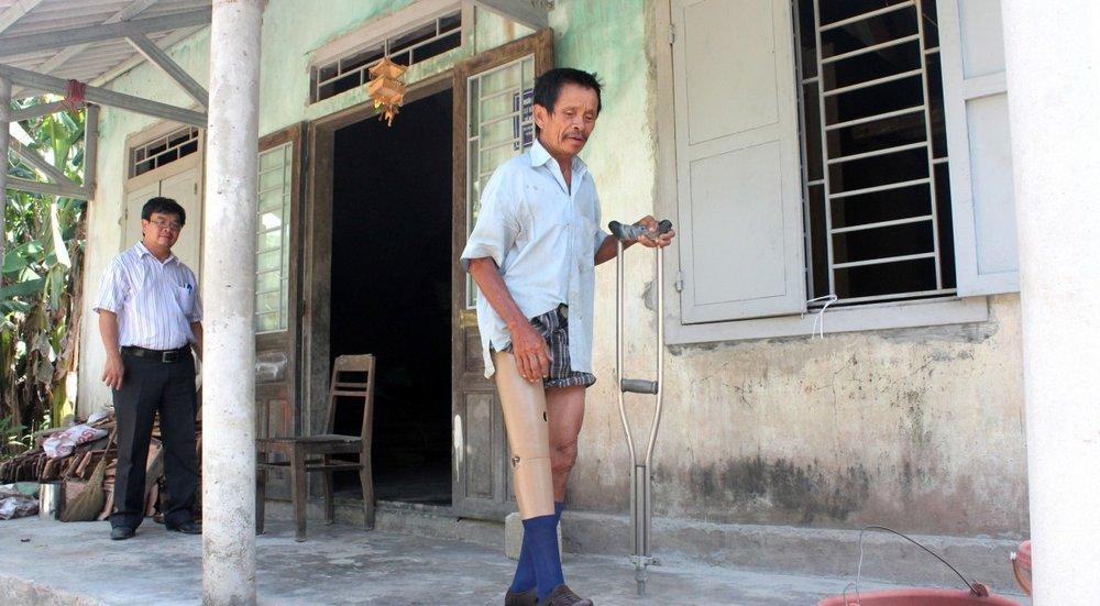 After 40 years relying on crutches, Mr. Nguyen Van Truong, a 67-year-old bomb victim in Cam Lo District, walks with a new leg provided by Project RENEW's Prosthetic & Orthotic Mobile outreach program. Photo courtesy Project RENEW.Hình ảnh trong Ngày: Sau nhiều năm trên chiếc nạng, bác Nguyễn Văn Trường, nạn nhân bom mìn 67 tuổi ở Cam Lộ, đang đi lại với một chân giả cho chương trình phục hồi chức năng lưu động Dự án RENEW cấp phát. Đây là lần đầu tiên bác nhận được món quà để phục hồi khả năng đi lại của mình sau khi bị cụt chân do tai nạn bom mìn cách đấy 40 năm.