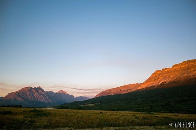 Rise to the sun . . . . . #glaciernationalpark #glaciernps #montana #sunrise #goldenhour #travel #travelsolo #stmarysglacier #nps #findyourpark #takemeback