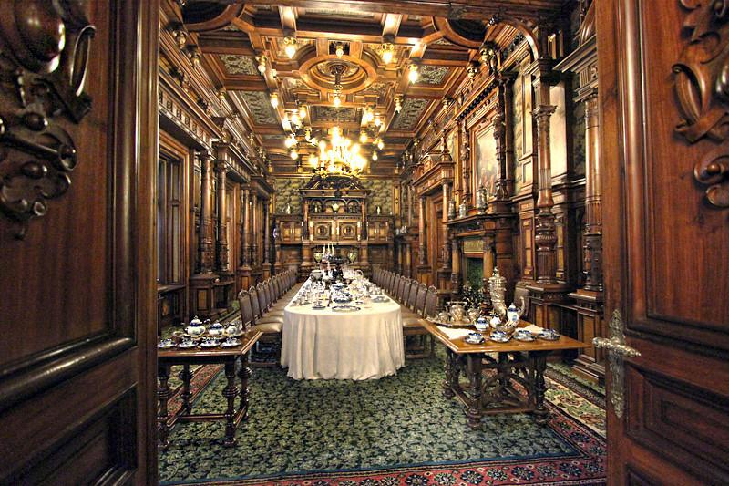 Romania-Sinaia-Peles-Castle-dining-room-L.jpg