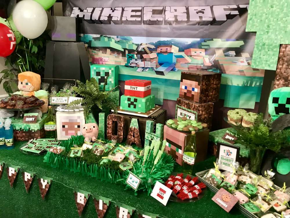Minecraft party setup by Little Miss Party Planner (@littlemisspartyplanner_hudson on Instagram). Free printable designs from MKKM Designs at shopmkkm.com