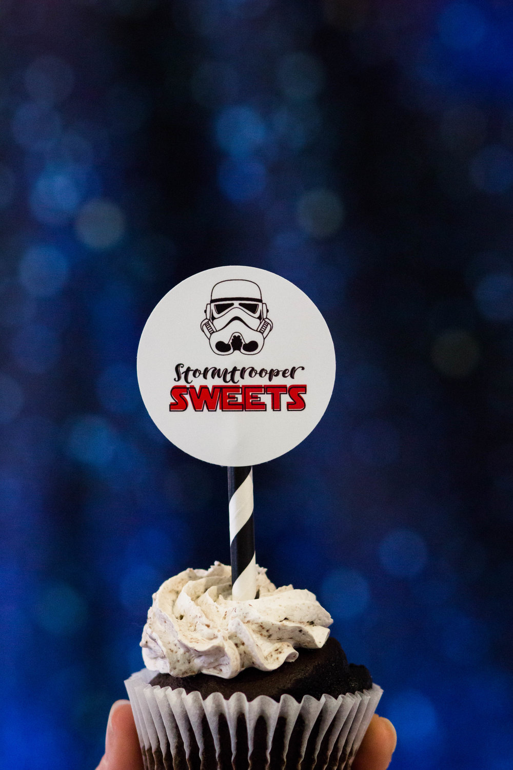 Stormtrooper Cupcakes at a Star Wars Birthday party // printables from shopmkkm.com