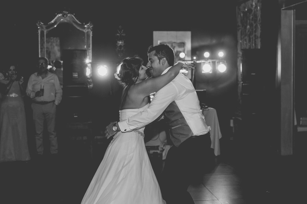 Bride and groom first dance bw wedding Barcelona Guillem Cheung Bryllup