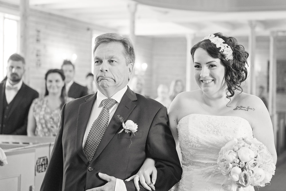 Father of the bride walks with her the aisle BW Guillem Cheung Bryllup