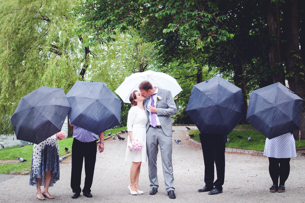 Rainy fun image of a bride and groom Stavanger Guillem Cheung Bryllup
