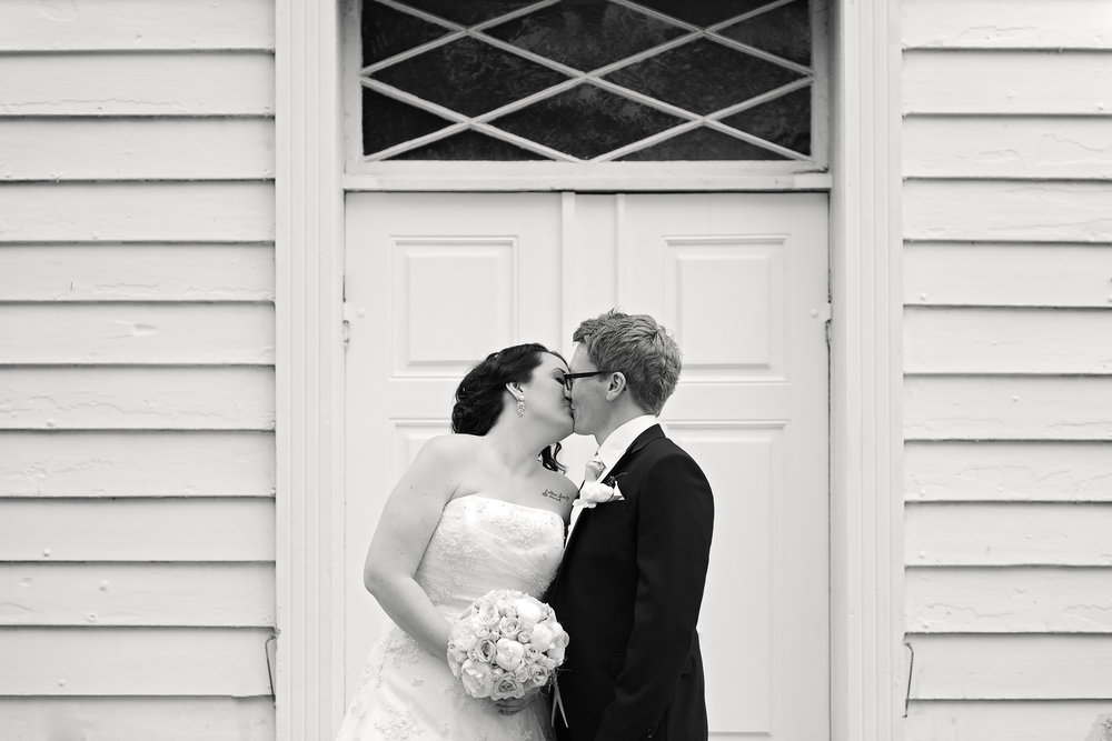 First kiss outside the church in Stavanger Wedding Guillem Cheung Bryllup