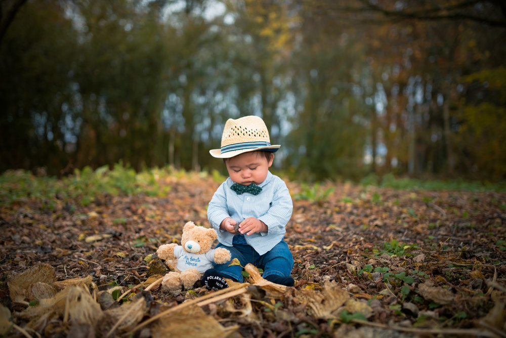 Cute Baby in autumn leaves outdoor family photography Stavanger Familie fotografering