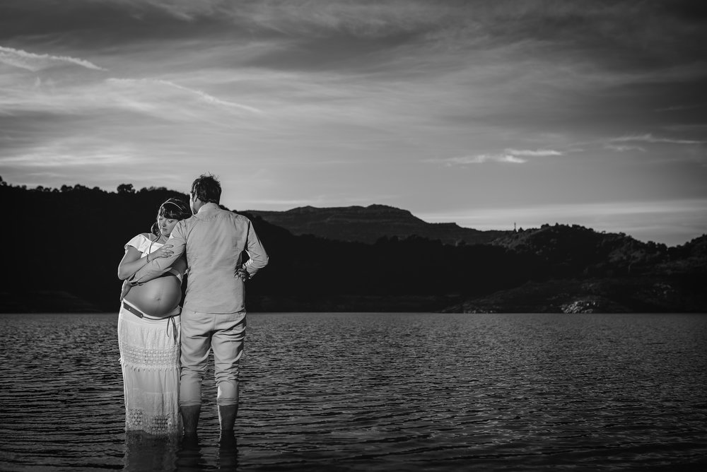Couple expecting Pregnant girl water outdoor maternity photography Spain Gravid fotografering