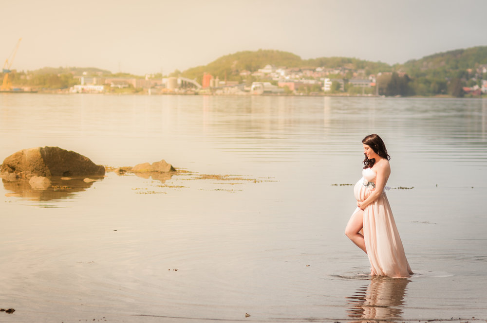 Pregnant girl water outdoor maternity photography Stavanger Gravid fotografering