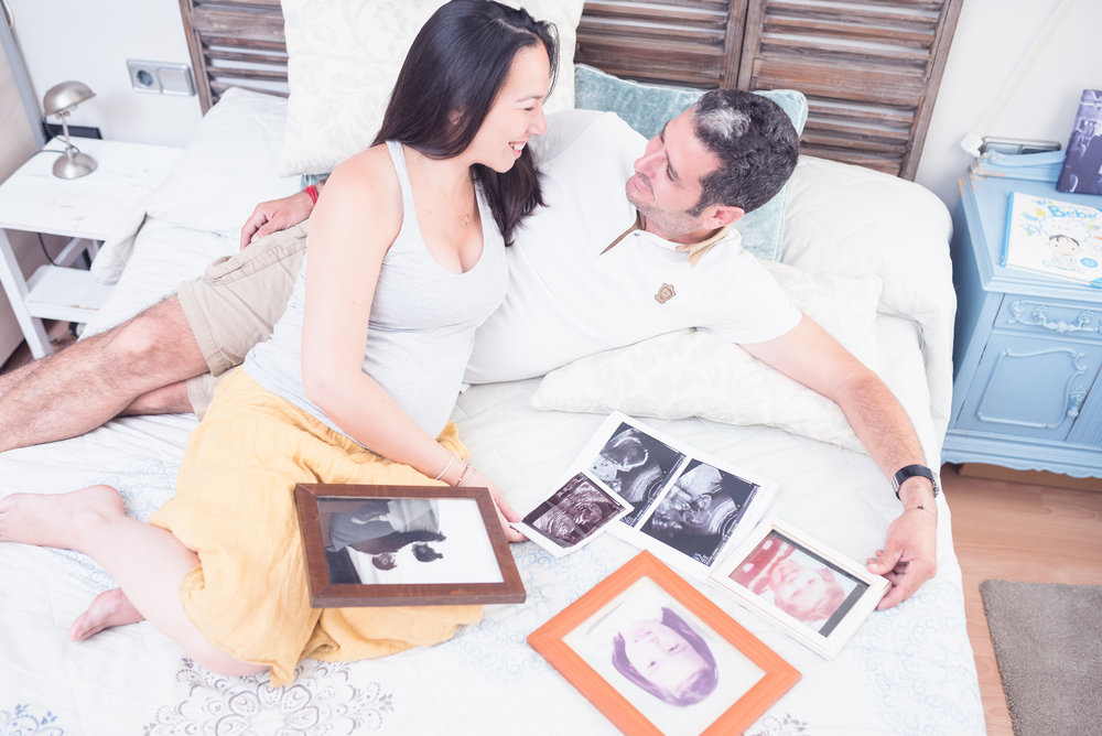 Couple expecting home maternity photography Spain Gravid fotografering