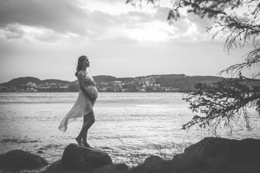 BW Pregnant girl outdoor maternity photography Stavanger Gravid fotografering