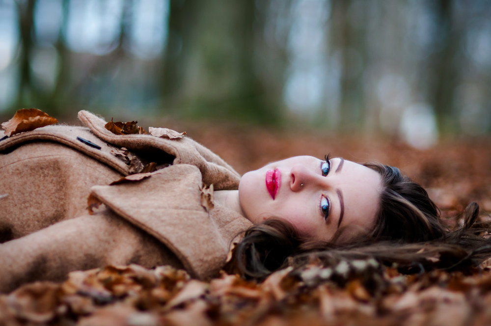Girl laying on leaves Stavanger Portrait photography portrett fotograf