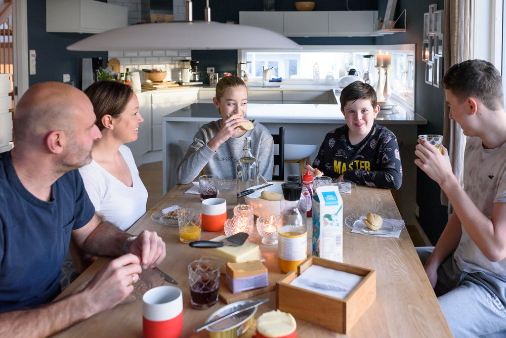 Familie fotografering Stavanger Family portrait at home breakfast Guillem Cheung