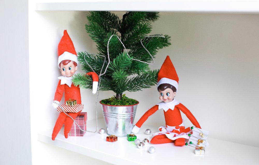 Elfs Decorating tree.jpg