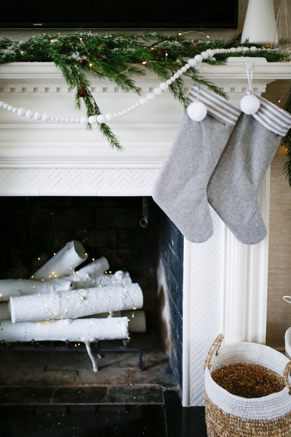 Simple, moderns Christmas mantle with gray stockings