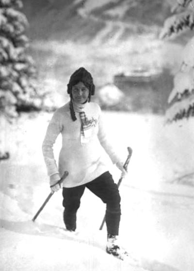 Marie Marvingt climbing the Alps, 1913. (Photo credit Bibliothèque nationale de France Photographie de presse de)