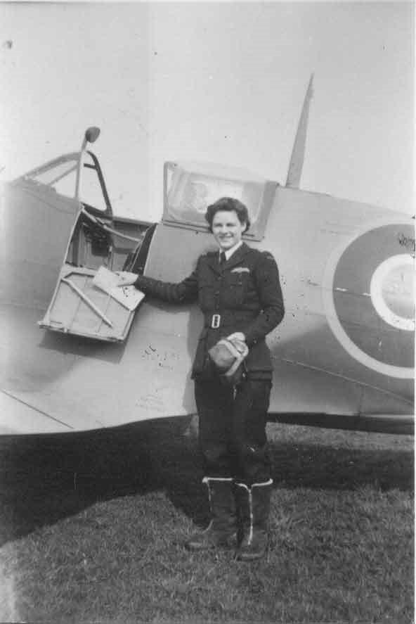 Nancy Livingston Stratford beside a Spitfire. England, 1943. (Photo: AirTransportAux.com)