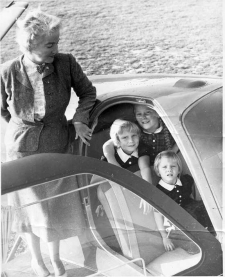 Nancy Love and her granddaughters. (Photo: Vassar Encyclopedia)