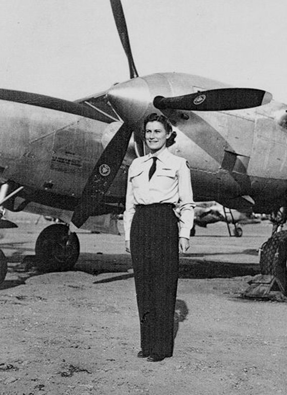 Iris Critchell in front of a P-38 Lighting, 1944. (Photo: Museum of Flying, http://www.museumofflying.org/exhibits/cahof/iris-cummings-critchell)