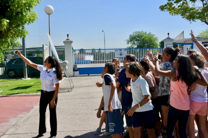 Shaesta takes a selfie with kids at the Madrid Air Museum. (Photo: Dreams Soar)