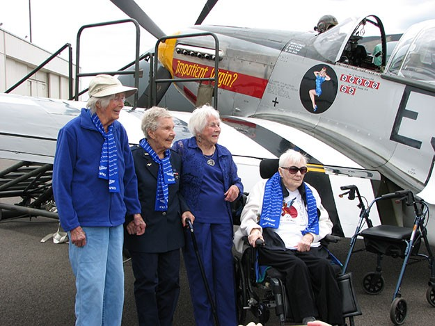 Alta Thomas (left) with fellow WASP Dorothy Olsen, Betty Dybbro and Mary Jean Sturdevant pose in front of a P-51. (Photo: Joan Brown, website: Northwest Military )