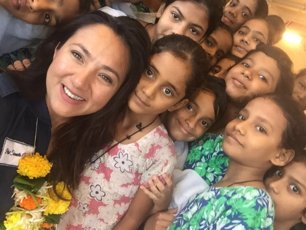 Shaesta with girls at an orphanage in Mumbai, India (Photo: Dreams Soar)