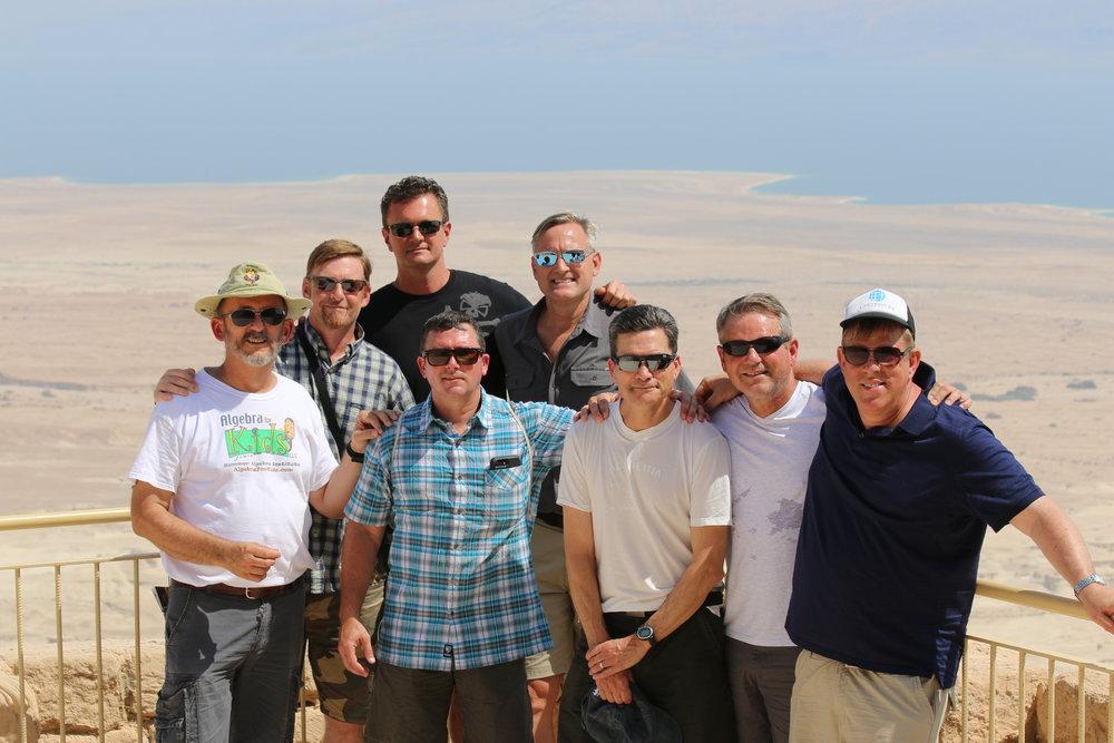 Algunos miembros de un retiro de lideres en la cima de las ruinas de Masada junto al Mar Muerto