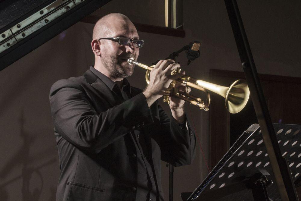 Aaron Stanley, trompetista de jazz y director musical de MonteJAZZ organiza las bandas y escribe arreglos originales especialmente para las bandas de MonteJAZZ. Aaron aplica su experiencia como compositor, arreglista, y orquestador en Los Angeles a su trabajo con nuestras bandas.