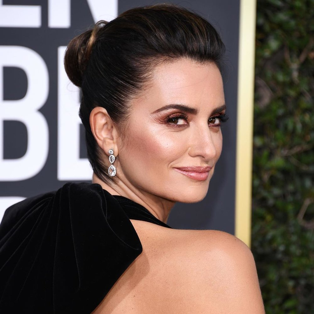 """Penelope Cruz: Smokin' - Yes she's Spanish, but Penelope Cruz is an ambassadress for one of the biggest French beauty brands on the planet (Lancôme), and for the Globes, her very British makeup artist – the inimitable Charlotte Tilbury – was angling for an Italian vibe. """"It is always a such a dream to work with my beautiful, magical friend Penelope,"""" Tilbury said. """"She is the ultimate Dolce Vita icon with her flawless, glowing skin, hypnotizing eyes and pillow-pink lips."""" What better way to spotlight all that than with a """"peachy, bronzey-golden, molten"""" smoky eye? Muy caliente."""