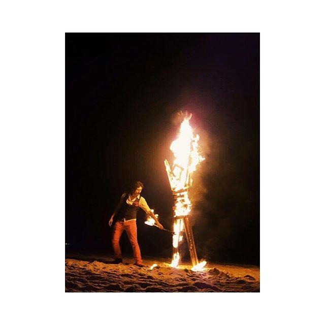 """A queima de um boneco de madeira no dia do trabalhador americano deu origem ao fascinante festival de arte e cultura chamado Burning Man.  O movimento surgiu como um manifesto contra o homem escravo do tempo, escravo do trabalho.  Ao queimar o """"Man"""" estamos deixando para trás o que já passou para abrir espaço para o novo entrar. Ontem realizamos a terceira edição do """"labor day Brasil"""" e queimamos o """"man"""" na praia da reserva - RJ. A cerimônia tinha como objetivo incentivar a criatividade e auto-expressão, a ideia do imediatismo, a valorização do momento presente e principalmente, nosso potencial de doação:""""gifting Economy. """"O Homem fala: Eu não sou nada além de madeira,eu dei tudo para vocês, meus amigos,você também deve dar tudo pelos seus. Eu não sou nada além de madeira, eu não posso andar, falar, ou criar, apenas queimar, você também deve fazer aquilo que você faz de melhor. Eu não sou nada sem vocês, eu não sou nada além de madeira, mas com todos vocês ao meu redor, eu sou o Burning Man'"""" Foto by @rodcebrian 2016.  #reserva #riodejaneiro #juicingideas #bmbrasil #bm #burningman #laborday #burn #letsburntheman #giftingeconomy #colaboração"""