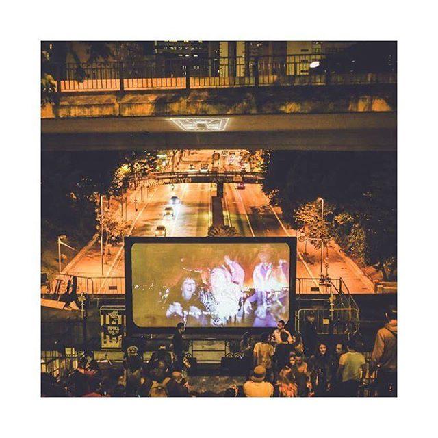 Neste sábado, o coletivo Brazilian Burners (do qual a Blend é parte) organizou o lançamento do mini-documentário do Projeto Mangueira. Todo o trabalho colaborativo de levar a primeira instalação de arte brasileira ao Burning Man, foi documentado e apresentado em um evento no Mirante 9 de Julho, em São Paulo. Entre amigos, colaboradores e interessados no projeto, tivemos uma tarde/noite de muita música, arte e espírito burner para trazer um pouco da mágica do deserto para a cidade.  #projetomangueira #mangueira #mirante9dejulho #arte #musica #juicingideas #saopaulo
