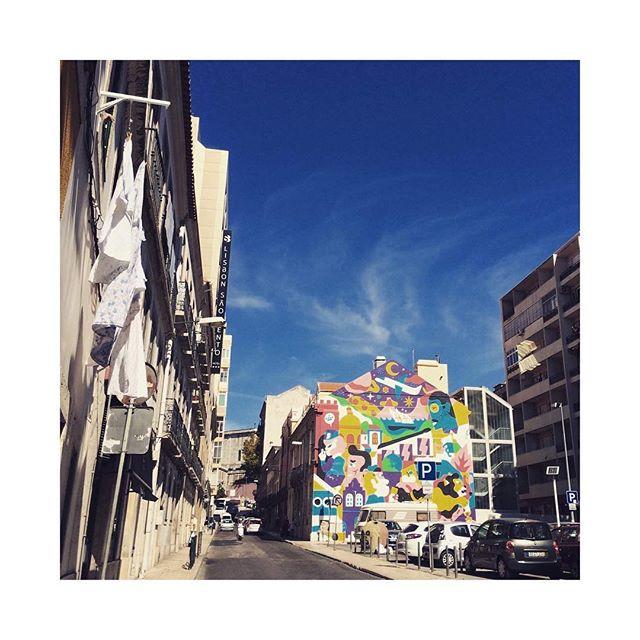 """Hello Lisboa, estamos de casa nova! Desde o início, a Blend foi pensada para ser do mundo. Acreditamos que pesquisa e experiência se complementam e se potencializam e, por isso, valorizamos as trocas, as interações e a observação do mundo a partir da vivência. Estamos muito felizes pela oportunidade de morar na nova """"Capital Criativa da Europa"""", nos especializando naquilo que amamos e descobrindo a pluralidade criativa, artística, poética e cultural vibrante das terras lisboetas. Um brinde ao novo!"""