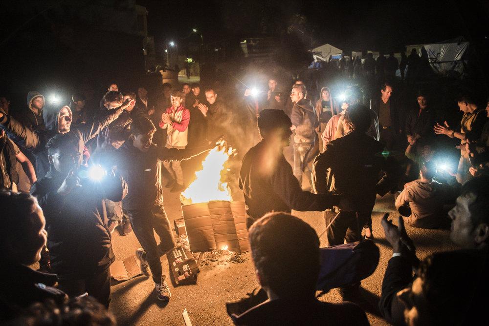 Afghanen dansen rond het vuur in Souda kamp.jpg