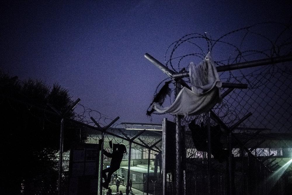 Syrisch meisje haalt kleren van hek.jpg