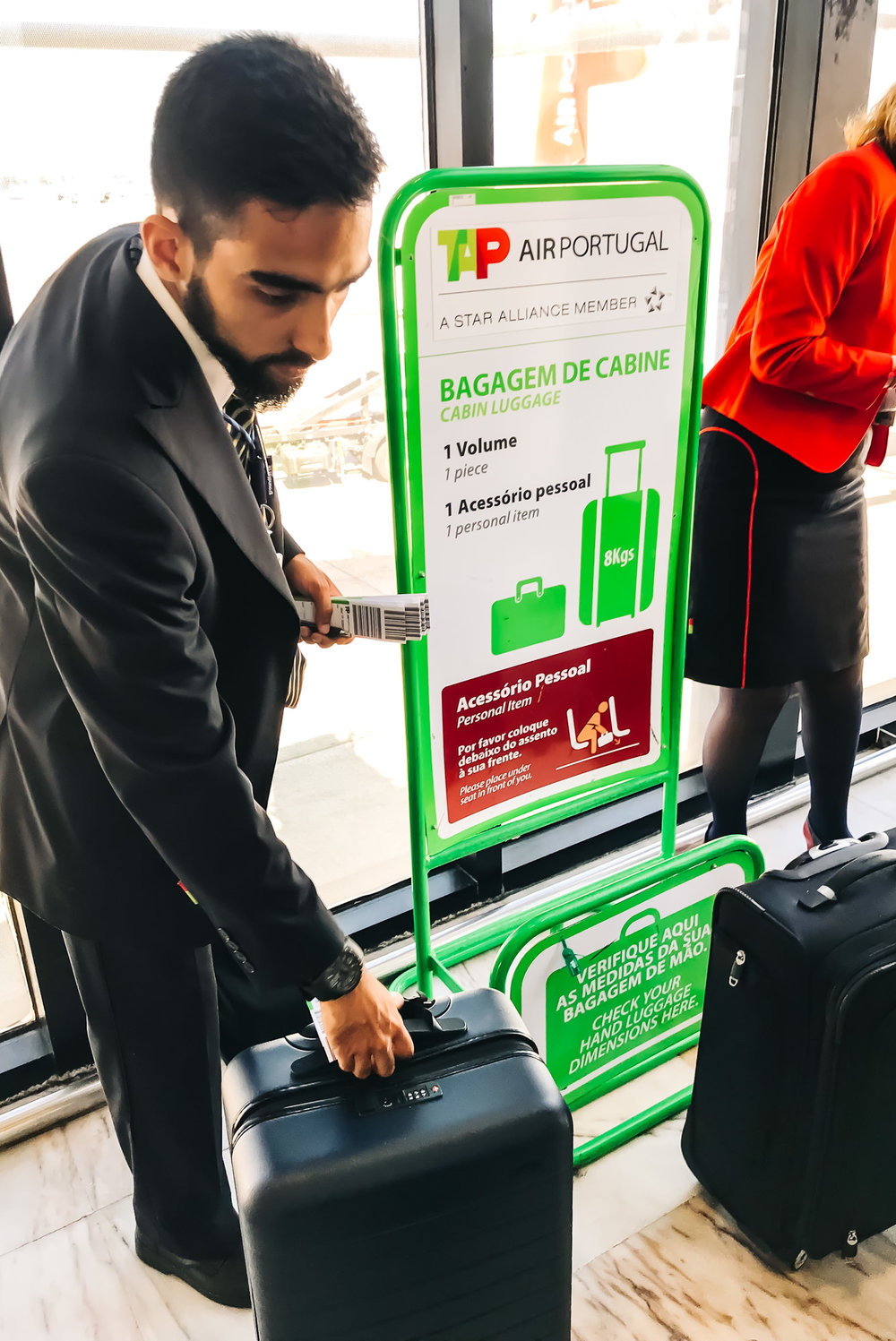 Checkpoint to measure carry-on luggage