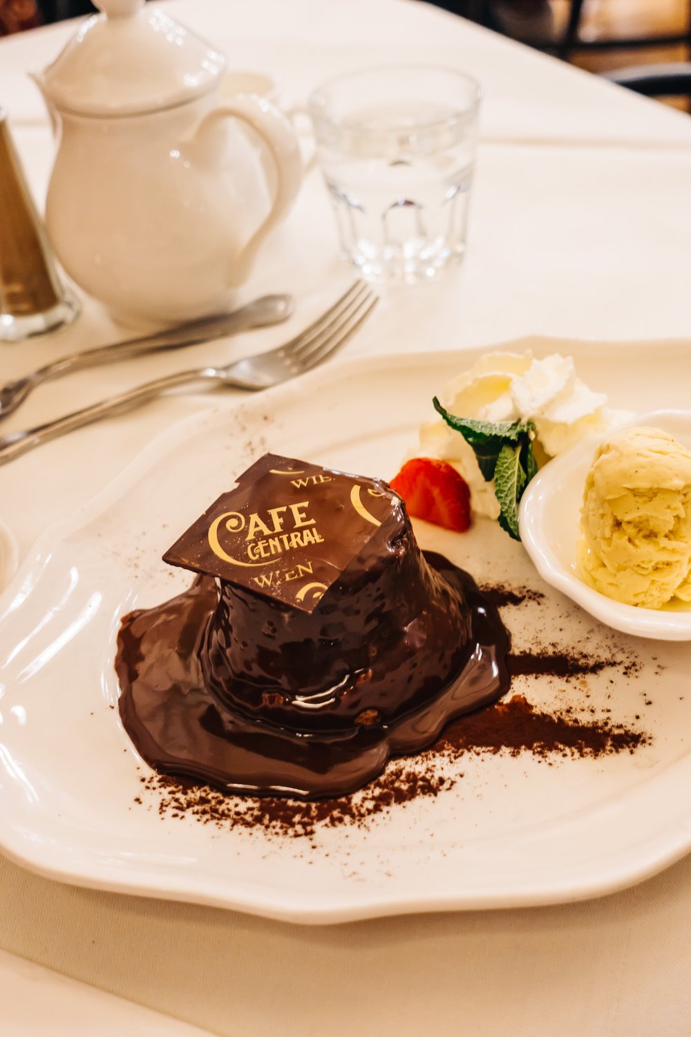 "Warm chocolate cake ""Viennese style"""