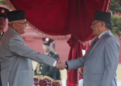 Nepal's new Prime Minister K.P. Oli, left, shakes hand with Pushpa Kamal Dahal (Prachanda) after taking the oath of office at the Presidential building in Kathmandu, Nepal (Feb. 15, 2018). Photo: AP Photo/Niranjan Shrestha