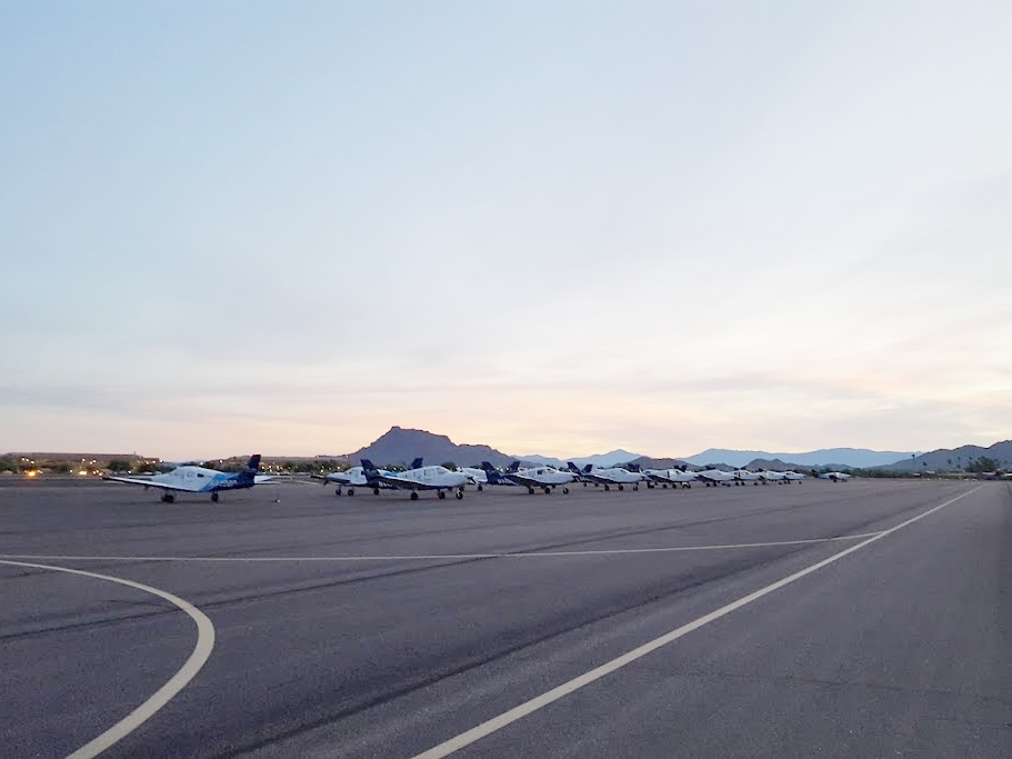 獵鷹田機場北機坪,與遠方地標 Red Mountain