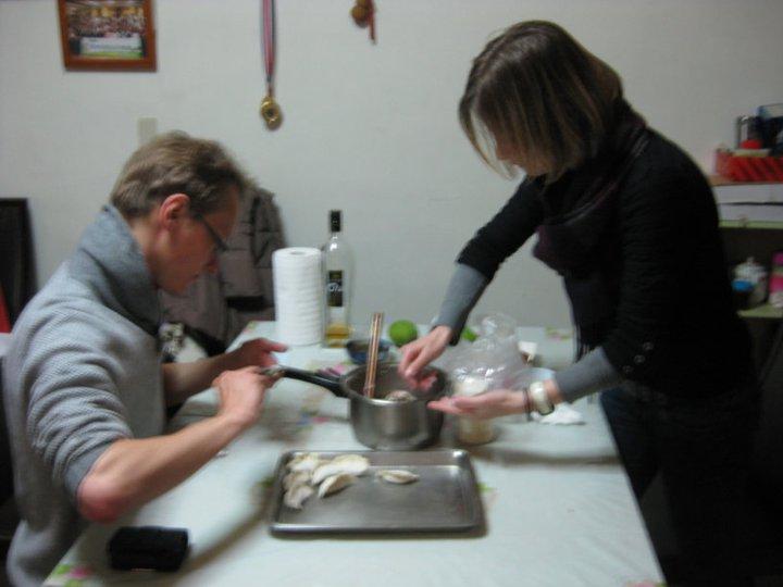 帶兩個歐洲人到外婆家包水餃,也是個有趣的經歷。