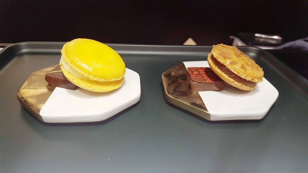左:檸檬馬卡龍 + 檸檬&柚子甘納許  右:鹹味奶油焦糖 + 秘魯可可豆到甘納許