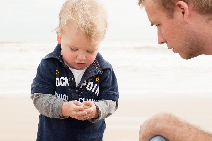 toddler-shelling-with-dad-beach1.jpg