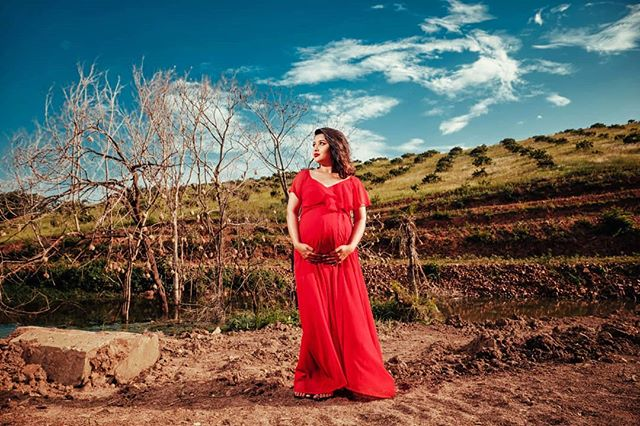Ending off 2018 in style.. We had an amazing afternoon shooting Priyantha's maternity shoot at their family farm.  #maternityportraits #maternityshoot #babybump #fujifilmsa #fujifilm #xt2 #durbanphotographer #redmaternitydress #madewithamagmod
