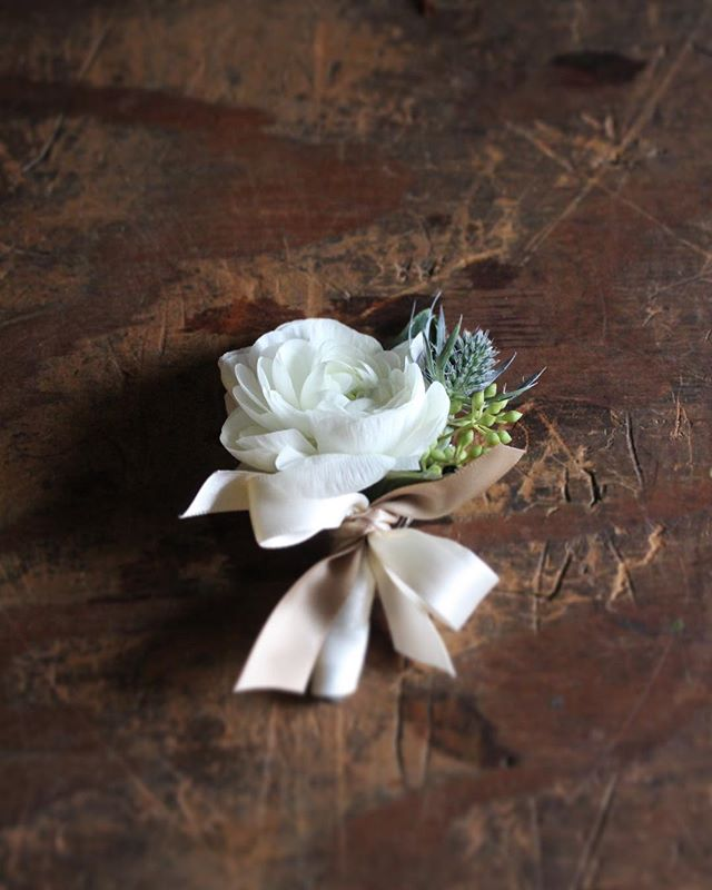 Groom's boutonnière🤵🏻@floraldesignsbysofie #weddingflowers #weddingday #weddingceremony #boutonnierre #groom #weddingflorist #njwedding #nyweddings #weddingfloraldesigner #flowershop #fortleenj