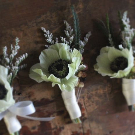 Anemone boutonnière 🤵🏻@floraldesignsbysofie #weddingflowers #ceremonyflowers #boutonnieres #groom #groomsmen #anemone #weddingflorist #nywedding #njwedding ##floraldesign #floraldesigner #specialoccasion #bigday #flowershop #fortleenj