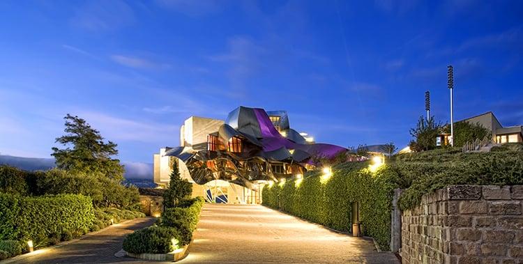 Ciudad del Vino - Hotel Marqués de Riscal: Edificio principal al fondo, a la derecha la ampliación del hotel-Autor: ©Daniel del Castillo