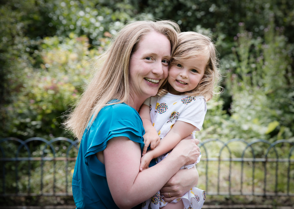 london-family-photographer-greenery-cuddles-mum-daughter