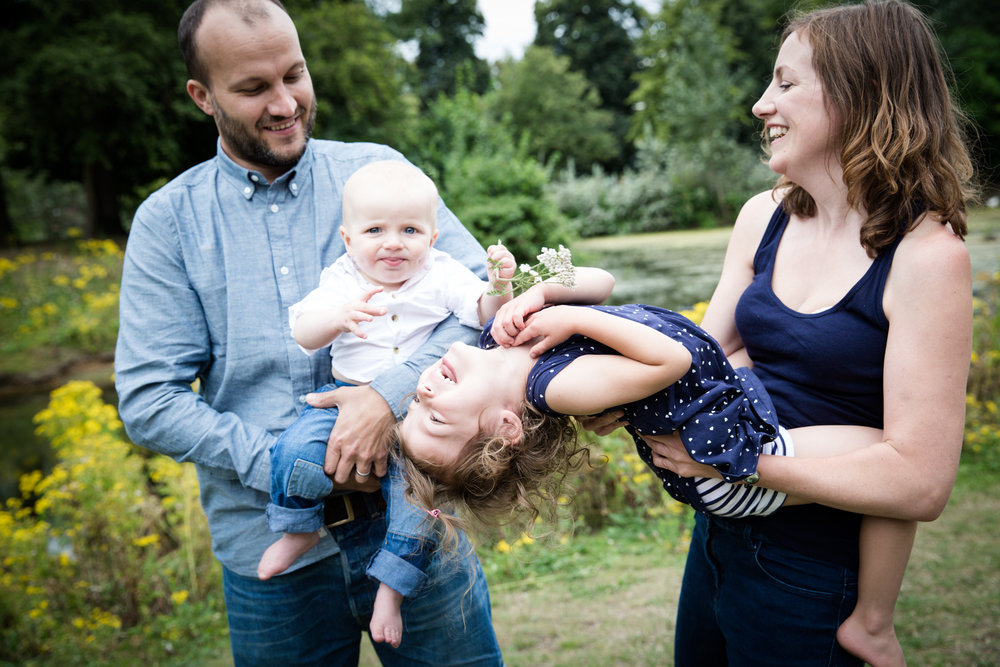 professional-family-portrait-photographer-park-outdoors