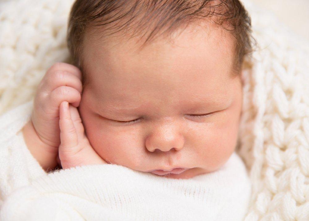 newborn-baby-pose-photo