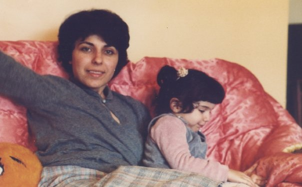 mum-daughter-sofa-80s-family-moment